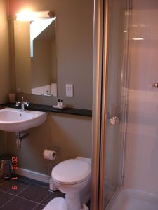 Cottage 10 Dalwhinnie en suite bathroom