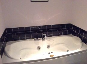 Jacuzzi bath tub in Club Cottage,