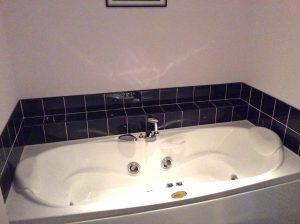 Jacuzzi bath tub in Club Cottage,