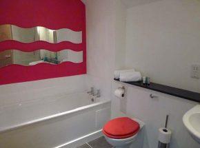 Riverside Cottage - family bathroom.