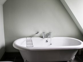 Moat House 7, free standing bath in en suite bathroom