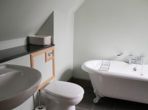 Moat House 7 en suite bathroom