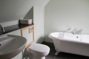 Moat House 7 en suite bathroom