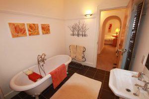 Majors Apartment en suite bathroom