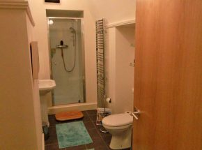 Majors Apartment en suite bathroom