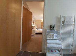 Starthglass Cottage en suite leading to master bedroom